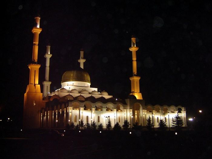 Мечеть в Астане ночью