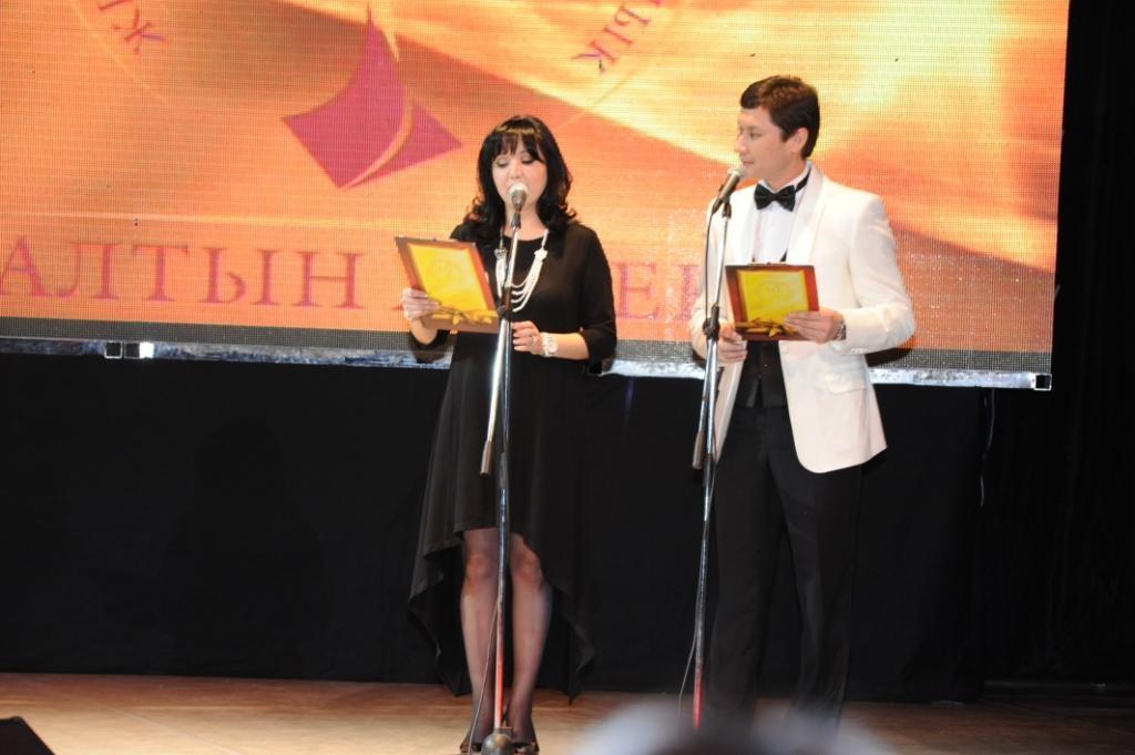 ведущие премии Гульнар Дусматова и Азамат Сатыбалды